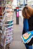 De vrouw koopt Charlie Hebdo, Le Monde-krant van newss royalty-vrije stock foto's