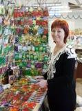 De vrouw koopt de zaden royalty-vrije stock foto's