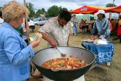 De vrouw koopt lunch bij de Oekraïense markt Royalty-vrije Stock Foto's