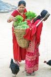 De vrouw koopt nationale Nepalese kleren in Royalty-vrije Stock Foto's