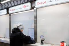 De vrouw koopt ondergronds kaartje bij kassa in Moskou Moskou, 08,2018 Maart, Royalty-vrije Stock Afbeeldingen