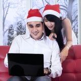 De vrouw koopt online met haar echtgenoot Royalty-vrije Stock Foto's