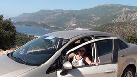 De vrouw krijgt in de auto stock footage