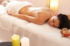De vrouw krijgt Marine Algae Wrap Treatment in Kuuroordsalon royalty-vrije stock foto