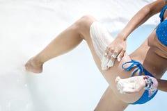 De vrouw krijgt medische modder op het lichaam Stock Afbeelding
