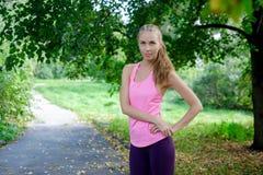 De vrouw kwam aan het park yoga in aard doen royalty-vrije stock afbeelding