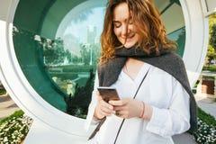 De vrouw leest berichten door celtelefoon Royalty-vrije Stock Foto