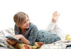 De vrouw leest boek Royalty-vrije Stock Afbeeldingen