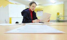 De vrouw leest documenten in verkiezingen aan de Douma van de Staat Stock Afbeelding
