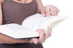 De vrouw leest een boek Royalty-vrije Stock Foto's