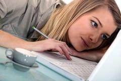 De vrouw legde op haar laptop Stock Fotografie