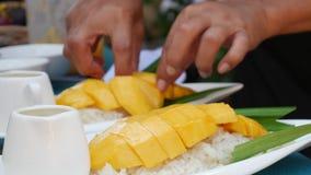 De vrouw legt Thaise kleverige rijst op een plaat alvorens te dienen Thaise Keuken close-up 4K stock videobeelden