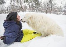 De vrouw leidt een hond in het bos op royalty-vrije stock afbeeldingen