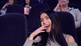 De vrouw let op komedie bij de bioscoop stock footage