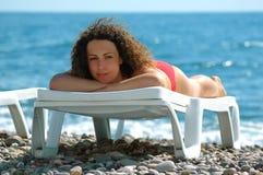 De vrouw ligt in chaise zitkamer Royalty-vrije Stock Fotografie