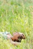 De vrouw ligt in het park Royalty-vrije Stock Afbeeldingen