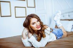 De vrouw ligt op het bed Royalty-vrije Stock Foto's