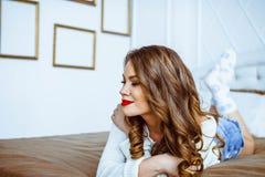 De vrouw ligt op het bed Stock Foto