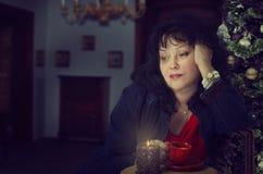 De vrouw lijdt aan eenzaamheid van het zijn in Kerstmis royalty-vrije stock afbeeldingen