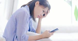 De vrouw lijdt aan Internet-intimidatie stock afbeelding