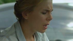 De vrouw lijdt aan strenge hoofdpijn, chronische pijn, complicaties na griep stock footage