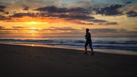 De vrouw loopt door het strand Stock Foto