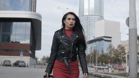De vrouw loopt met rode koffer stock videobeelden