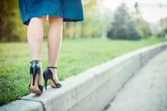 De vrouw loopt op een zonnige dag Stock Fotografie