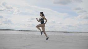 De vrouw loopt op het strand stock videobeelden