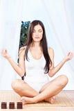 De vrouw in lotusbloem stelt bij meditatie Stock Afbeeldingen