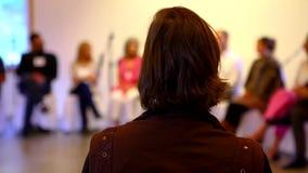 De vrouw luistert aan een conferentie stock footage