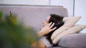 De vrouw luistert aan muziek stock video