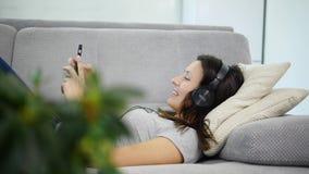 De vrouw luistert aan muziek stock videobeelden