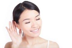 De vrouw luistert door oor stock fotografie