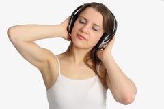 De vrouw luistert muziek royalty-vrije stock foto