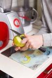 De vrouw maakt appel met mes schoon Royalty-vrije Stock Foto's