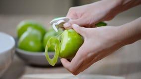 De vrouw maakt Apple in de Keuken schoon stock footage