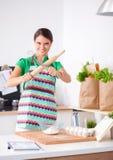 De vrouw maakt cakes in de keuken Stock Fotografie