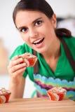 De vrouw maakt cakes in de keuken Royalty-vrije Stock Afbeeldingen