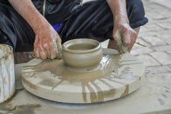 De vrouw maakt een aardewerk thuis voor verkoop royalty-vrije stock foto's