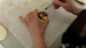 De vrouw maakt een doos voor juwelen Een gift met uw eigen handen stock footage