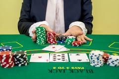De vrouw maakt een weddenschap in casino stock foto