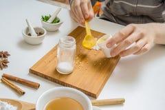 De vrouw maakt eigengemaakte schoonheidsmiddelen of make-up van ingrediënten Stock Foto