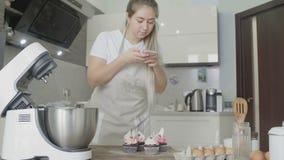 De vrouw maakt foto van haar cupcake stock videobeelden