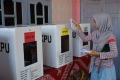 De vrouw maakt gebruik van stemrecht in ndonesian verkiezing royalty-vrije stock foto's