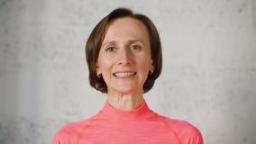 De vrouw maakt gezichtsgymnastiek bewegende lippen zegt de brieven die van z en o-tanden tonen stock footage