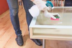 De vrouw maakt glaslijst schoon Royalty-vrije Stock Afbeelding