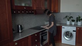 De vrouw maakt de keuken schoon stock videobeelden
