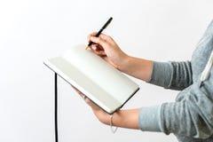 De vrouw maakt nota's stock afbeelding