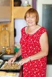 De vrouw maakt pastei met vullingen stock foto's
